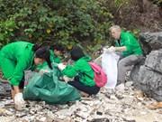 Volunteers clean up Ha Long Bay