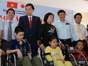 Former Japanese PM presents wheelchairs to Vietnamese disabled