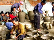 Khanh Hoa: ceramic, brocade exhibition highlights Cham culture