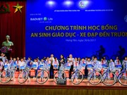 Vice President presents gifts to poor students in Hung Yen
