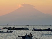 Indonesia: Thousands evacuated as volcano rumbles on Bali resort island