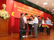 Vietnamese students in Laos receive scholarships from Vietnam Governme