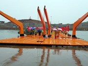 Quang Ninh installs floating bridge linking with Chinese city