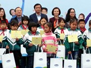 Hung Yen: Disadvantaged children receive scholarships, free milk