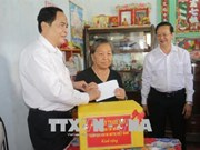 Front leader gives Tet gifts to poor households