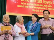 NA Chairwoman presents Tet gifts to poor families in Long An