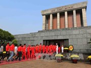 Over 18,000 people pay tribute to Uncle Ho during Tet
