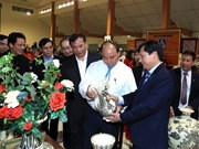 Prime Minister makes surprise visit to Chu Dau ceramic village