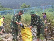Vietnamese, Chinese people join hands to clean up border river