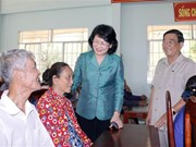 Vice President visits poor families in Vinh Long province