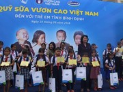 Vice President presents gifts to poor children in Binh Dinh