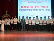 Vallet scholarships presented to Vietnamese students, researchers