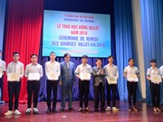 Students in Vietnam's central region receive Vallet scholarships