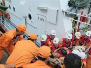 Wounded Philippine sailors brought ashore for treatment