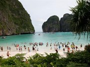 Tourists flee Thai resort islands to avoid storm
