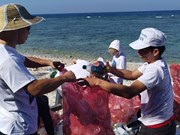 Volunteers clean up Ly Son island in Quang Ngai