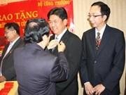 MoIT presents insignia to Vietnamese in Canada