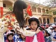Australia leader presents helmets to pupils