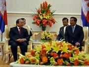 Deputy PM Phuc visits Cambodia