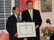 France honours former Vietnamese ambassador