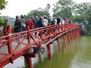 Visitors warm up New Year at Hanoi's tourist sites