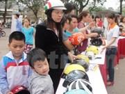 HCM City encourages children to wear helmet