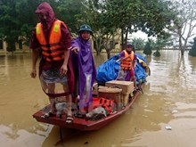 Charitable boats against flood to support Huong Khe stranded residents