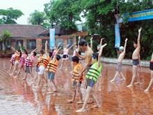 Hanoi pilots free swimming class for children