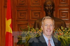 US Ambassador studies bomb clearance in Quang Tri