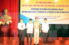 Nghe An: students awarded Vallet scholarships