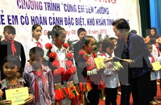 Vice President presents scholarships to needy students in Ha Giang