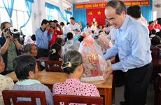 VFF President presents Tet gifts to deprived people in Tra Vinh