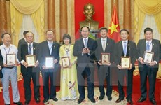 President meets with Vietnamese businesses
