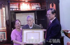 First Vietnamese-Lao receives 65-year Party membership badge