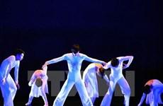 US artists teach dance for Hue students