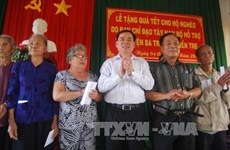 Tet gifts offered to impoverished people nationwide