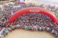 Barefoot runners race in Da Nang beach