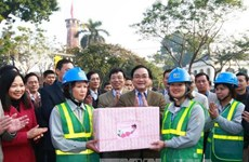 Hanoi's new Party leader pays Tet visits to local workers