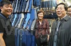 Ambassador visits Vietnamese traders in Russia