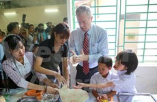 US Ambassador presents gifts to AO victims on moon festival
