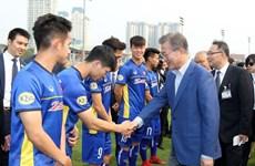RoK President Moon meets young Vietnamese footballers