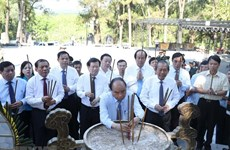 PM offers incense at Truong Son National Martyrs Cemetery