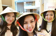 Thuy Tien presents conical hats to Miss International 2018 contestants