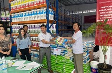 Vietnamese in Malaysia deliver warm support to fellows hurt by COVID-19