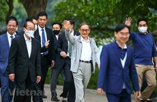 Japanese PM enjoys morning exercise around Hoan Kiem Lake