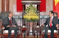 President Truong Tan Sang greets Lao official