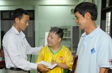 VNA presents gifts to AO victims in Quang Tri