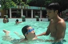 Teachers, children in Vinh Long taught swimming skills