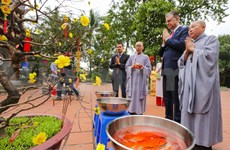 US Ambassador releases carps to see off Kitchen Gods