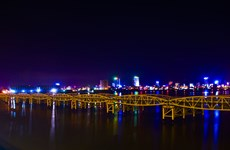Local people amazed as Da Nang bridge raises spans